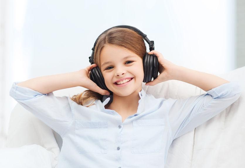 flicka lyssnar på podd
